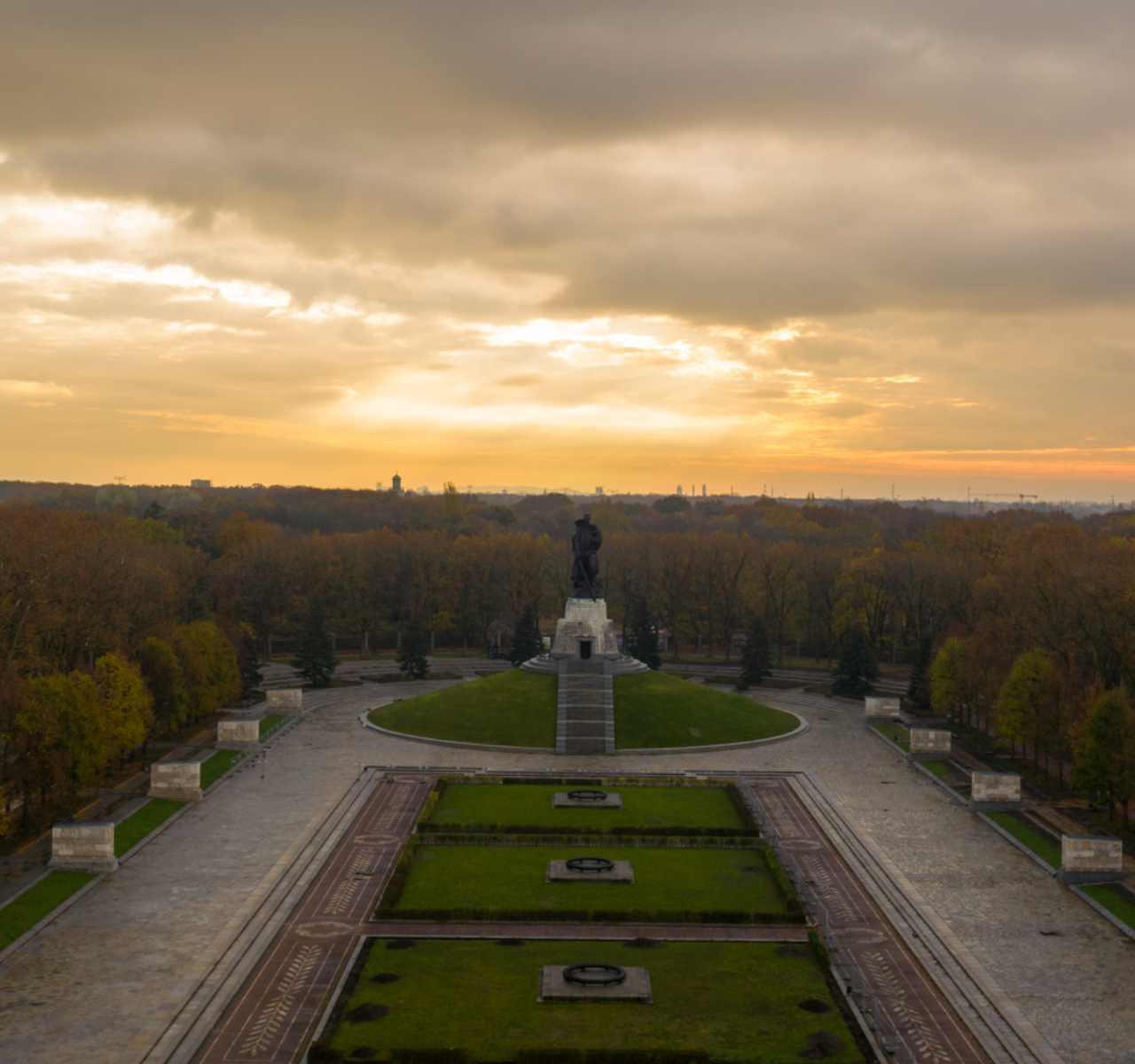 https://drohne-berlin.com/wp-content/uploads/2020/12/Park-Denkmal.jpg